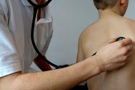 Arzt Untersuchung Kind